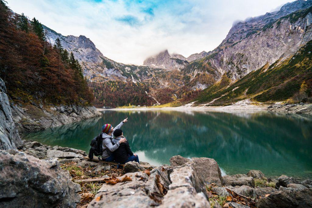 couple-devant-des-montagnes-un-lac-trek-eco-responsable