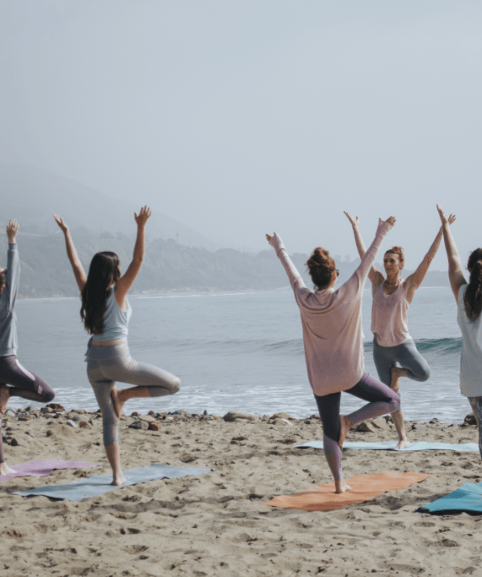 groupe-de-yoga-à-la-plage