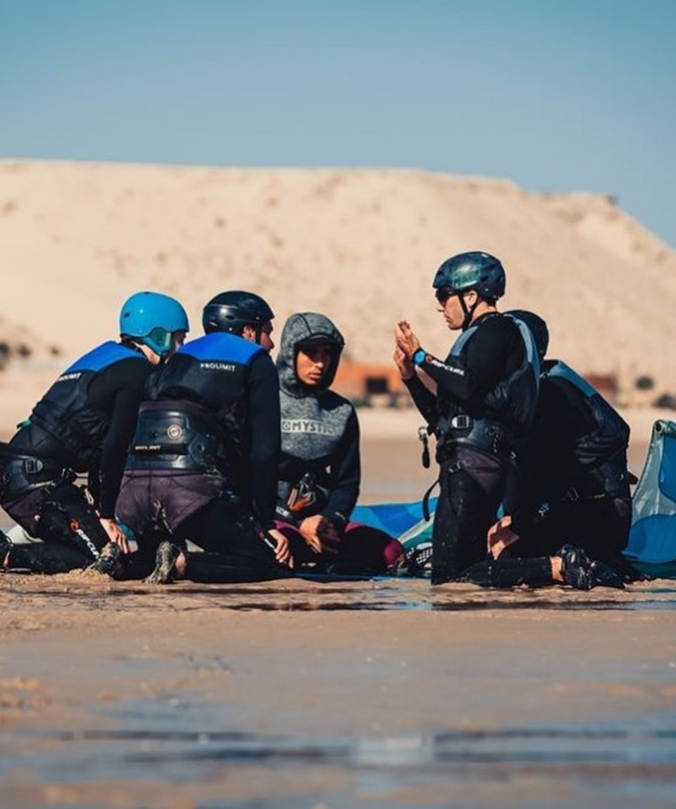 groupe-kitesurfers-sur-le-sable