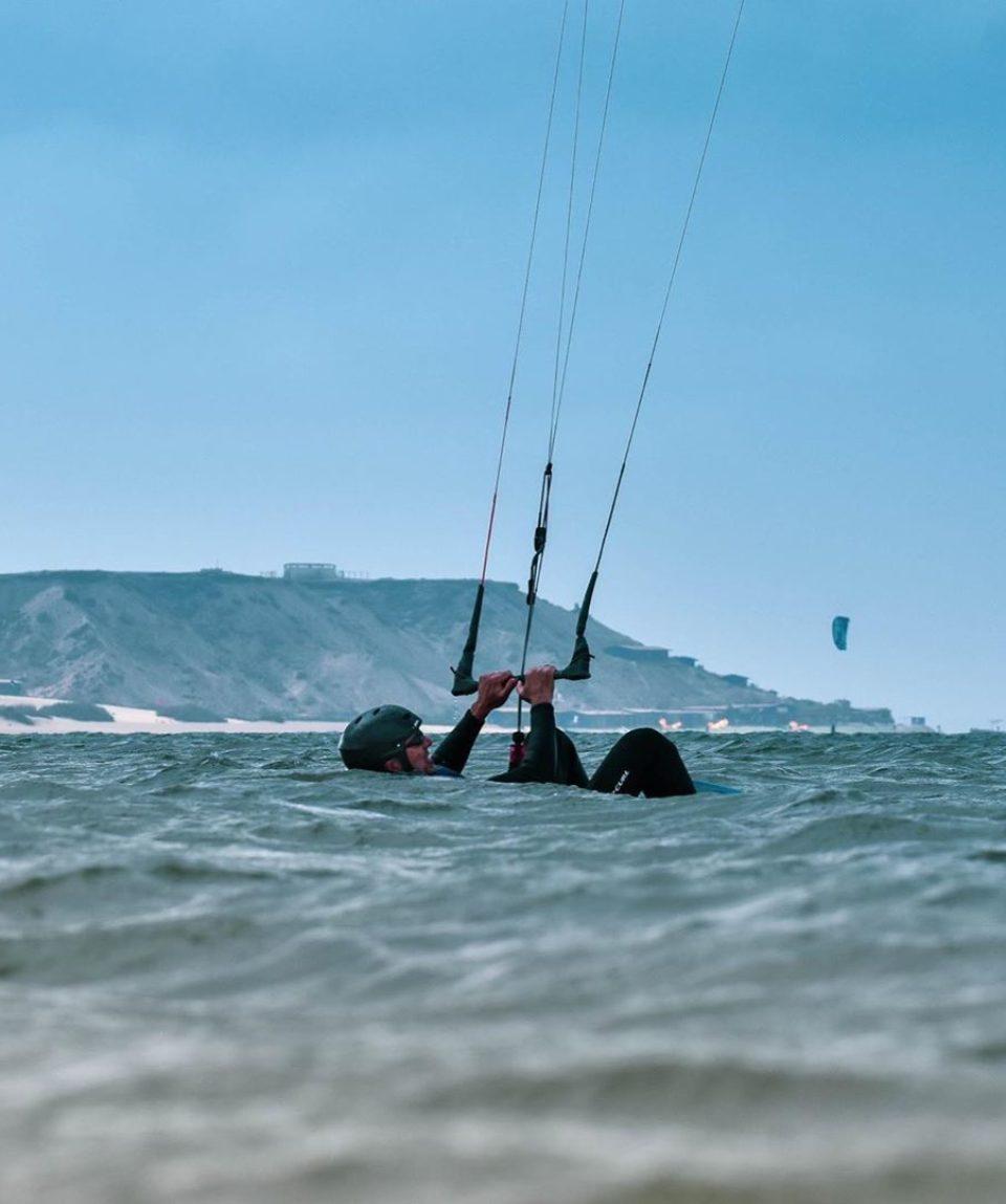 kitesurfer-dans-l'eau-lagon