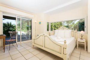 joli-chambre-lit-double-grande-fenêtre-terrassse
