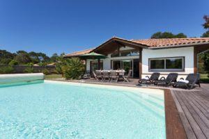 belle-villa-avec-piscine-terrasse-en-bois