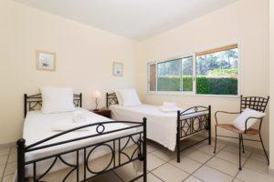 jolie chambre avec deux lits simples