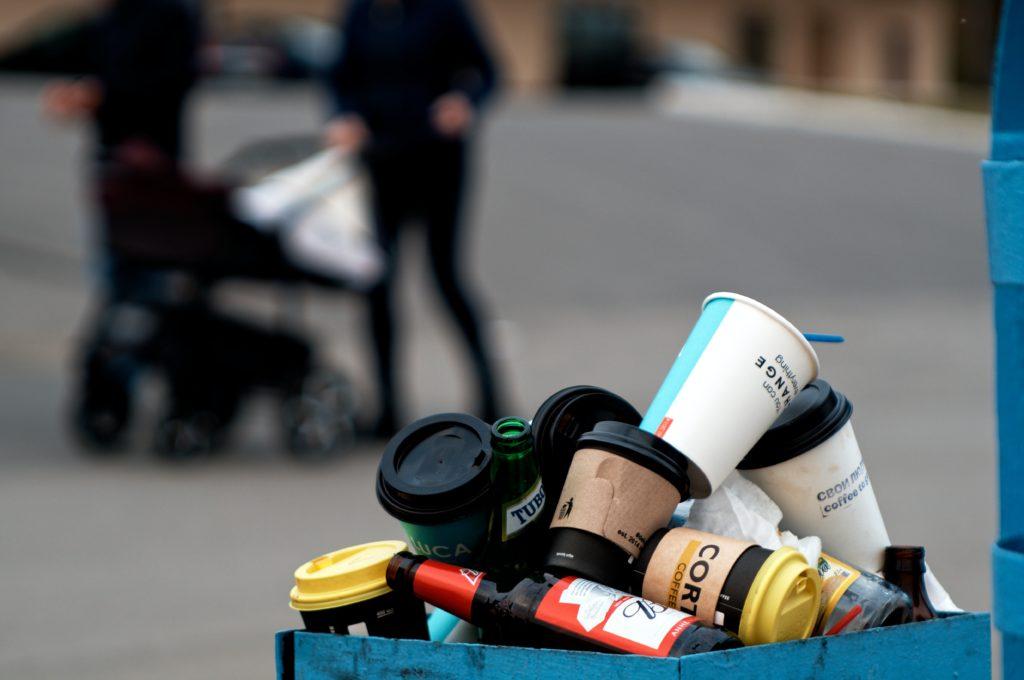 déchets-gobelets-poubelle