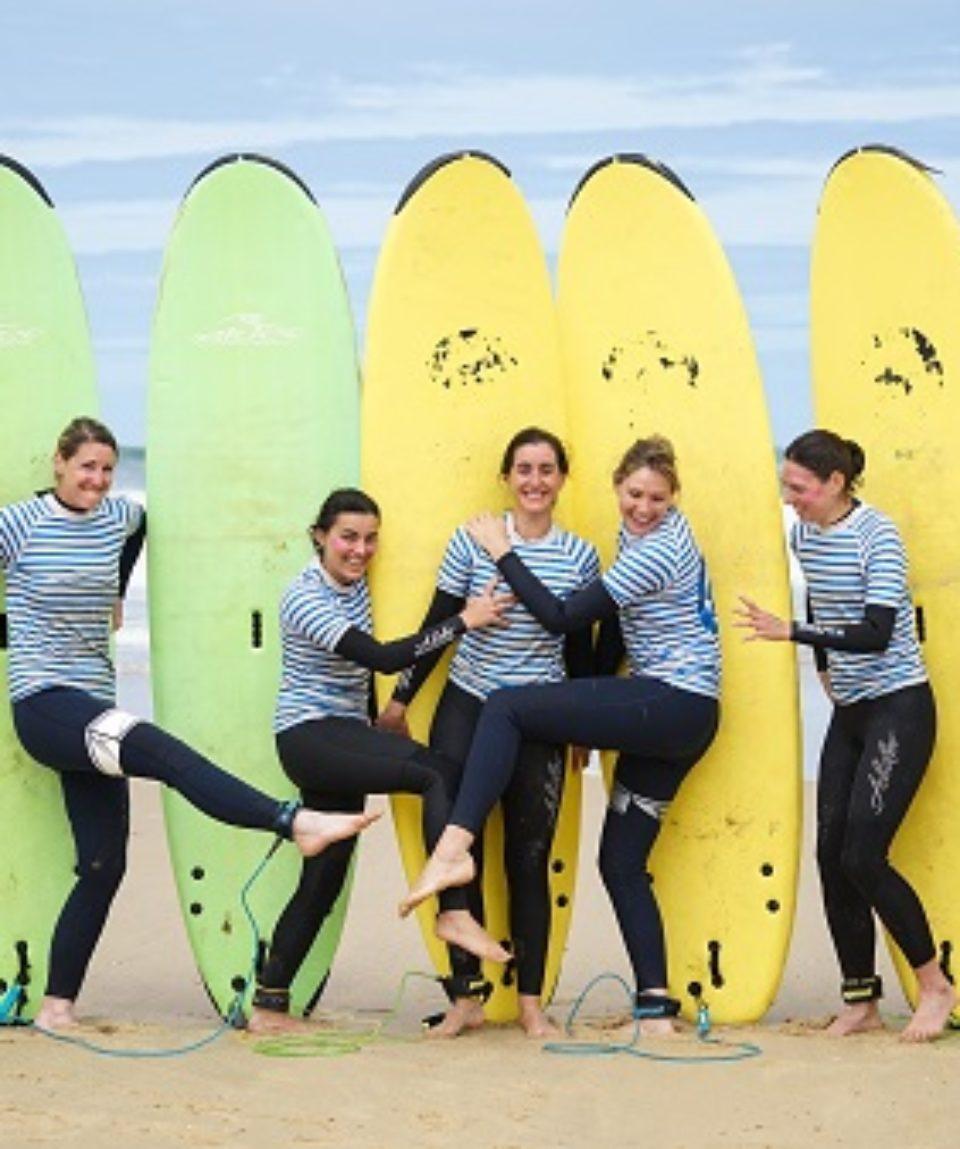 filles-en-groupe-avec-leurs-planches-de-surf
