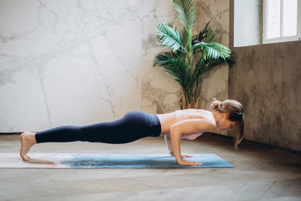 femme-force-planche-yoga
