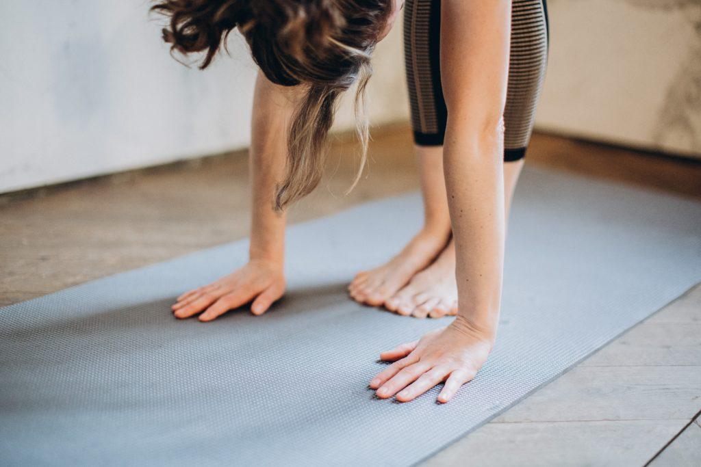 souplesse-femme-posture-pliée-yoga