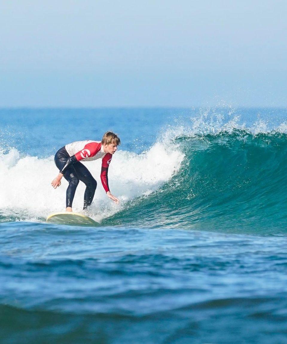 homme-qui-surf-la-vague