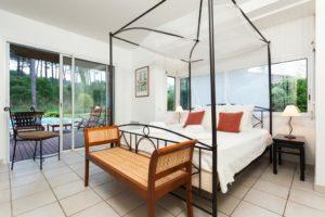 belle chambre lit double baie vitré vue jardiin