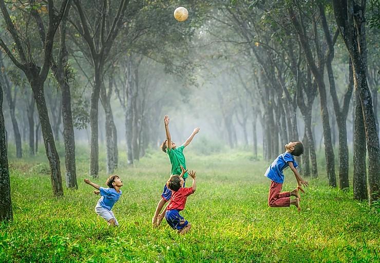 enfant-jouent-au-ballon-extérieur