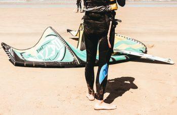 homme-kitesurfer-pose-sa-voile-sur-le-sable