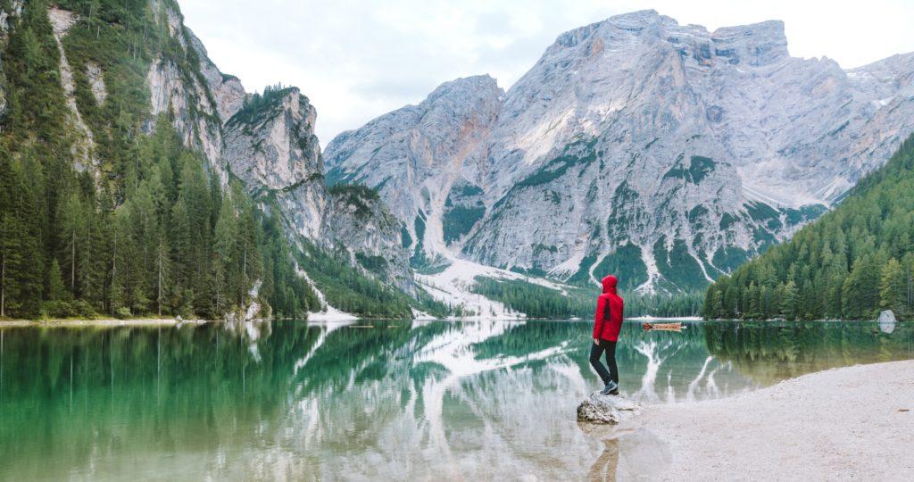 homme-randonneur-montagnes-lac