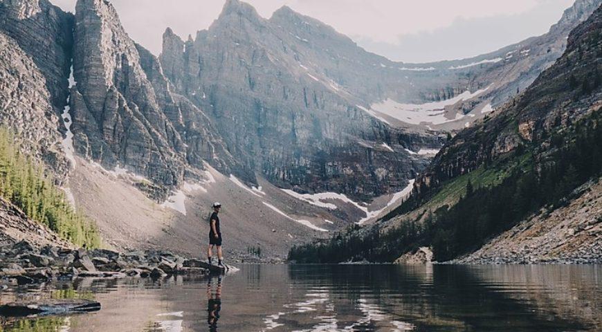 randonneurs-montagnes-voyage-outdoor
