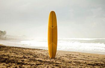 planche-de-surf-en-bois-couché-de-soleil
