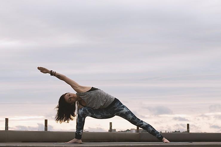 femme-qui-fait-du-yoga-dehors