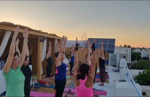 séance de yoga entre femmes à Hammamet en Tunisie