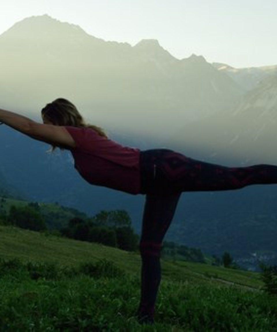 femme-yoga-montagne