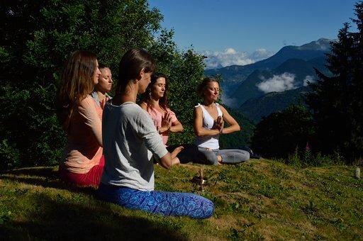groupe-de-cinq-femmes-qui-pratiquent-du-yoga-dans-la-montagne