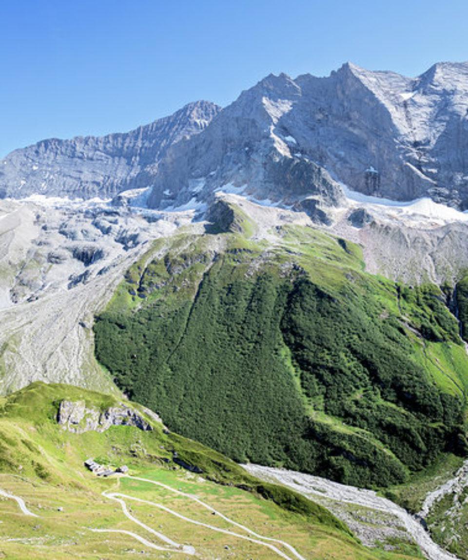 montagne-vert-enneigé