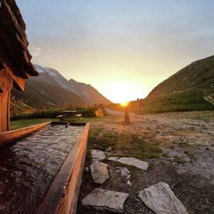 refuge-dans-la-montagne-couché-de-soleil