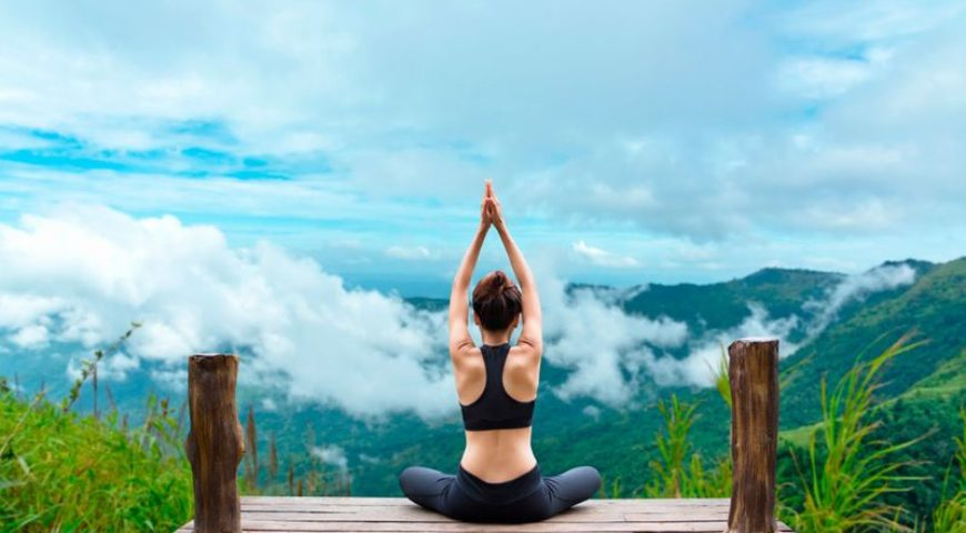 femme yoga montagne nuage