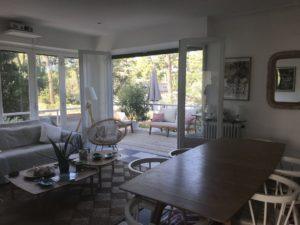 Beau salon zen et convivial avec terrasse