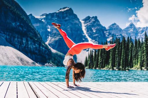 Les 5 éléments et le yoga : femme montagne eau air espace