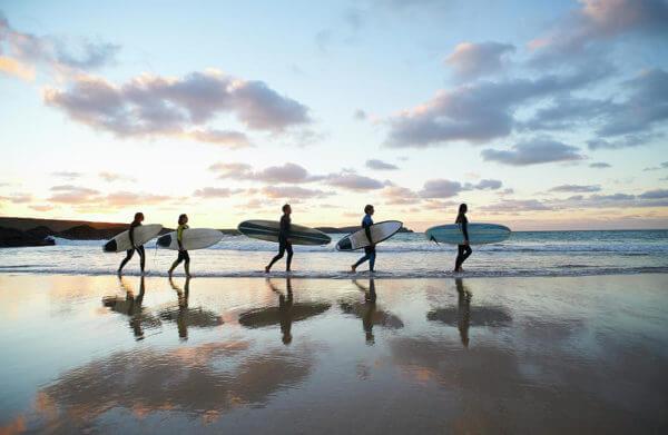 groupe de surfeurs en stage de développement personnel et de surf dans les Landes