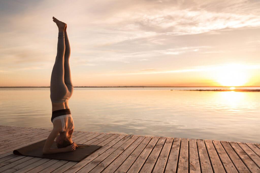 jeune femme sportive qui fait du yoga