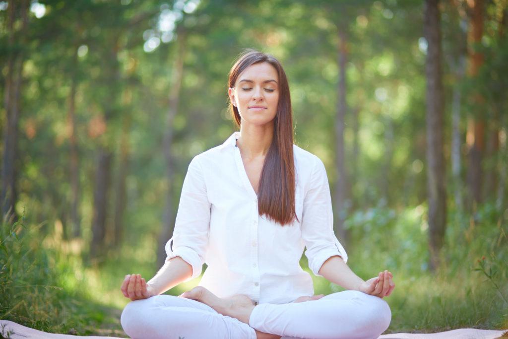 femme qui fait du yoga dans la nature
