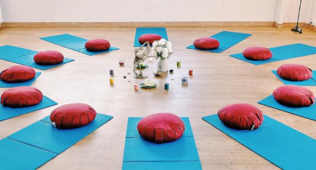 Salle de yoga cosy intérieur