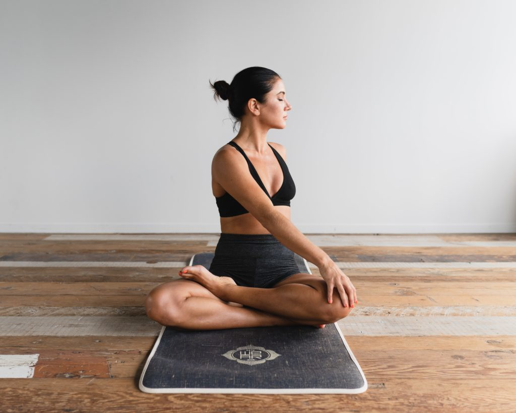 femme en position yoga