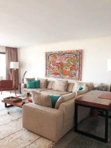 salon de la retraite de yoga avec canapés confortables et décoration design