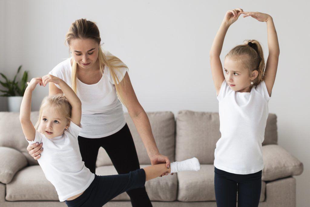 Mère aidant ses filles à la danse