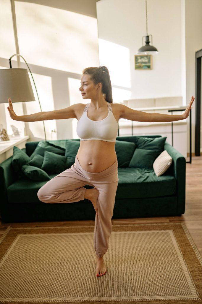 """Parmis les exercices de yoga pendant la grossesse voici la posture de l'arbre. Ces exercices vous permettront de dire adieu à vos """" j'ai des nausées, des maux des dos, des jambes lourdes que dois-je faire?"""""""