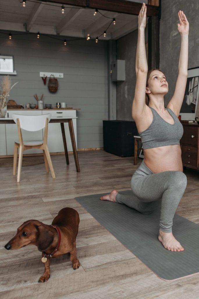 """Parmis les exercices de yoga pendant la grossesse voici la posture de la fente basse. Ces exercices vous permettront de dire adieu à vos """" j'ai des nausées, des maux des dos, des jambes lourdes que dois-je faire?"""""""