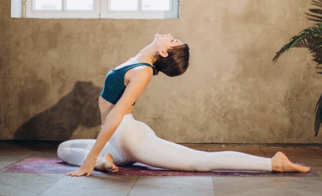 """Parmis les exercices de yoga pendant la grossesse voici la posture du pigeon. Ces exercices vous permettront de dire adieu à vos """" j'ai des nausées, des maux des dos, des jambes lourdes que dois-je faire?"""""""
