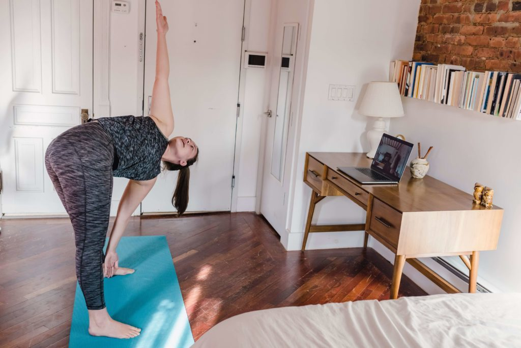 élève motivée pendant sa retraite de yoga en ligne