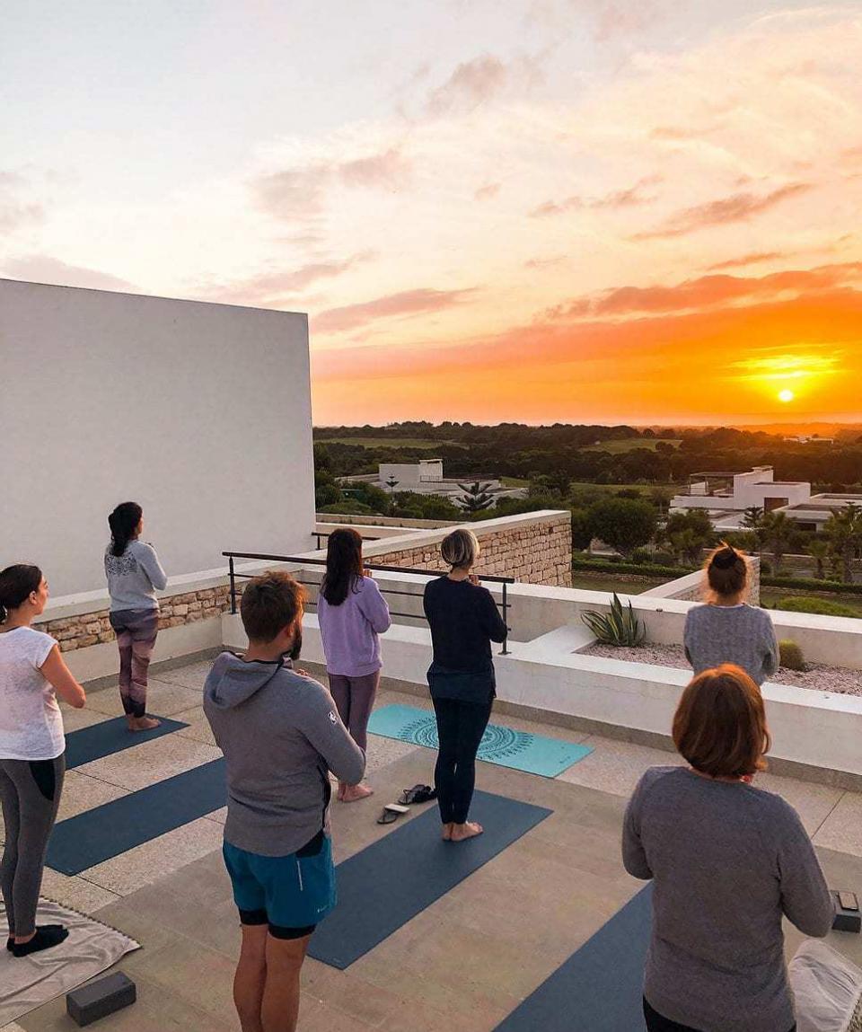 Séance de yoga devant le coucher de soleil