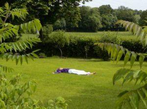 Détente allongé sur la pelouse