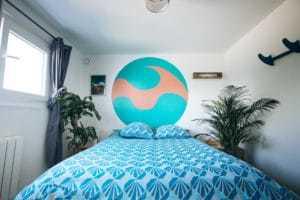 chambre double bleue à la Yoga & Surf House Alma libre