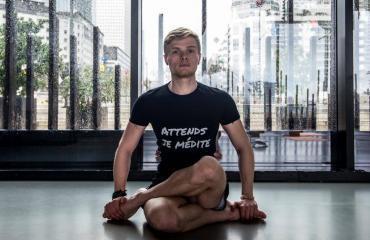 sacha-prof-yoga-equilibre-main
