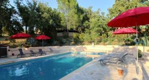 piscine chauffée au lieu de la retraite de yoga à Trimurti