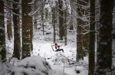 Charlène en position yoga dans la montagne