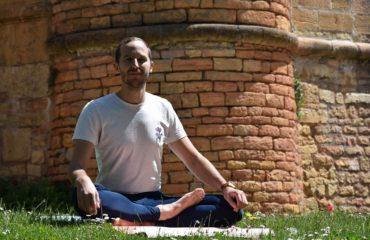 Valentin en posture de méditation