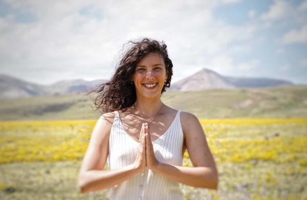 professeur de yoga durant la retraite de yoga randonnée au pays basque