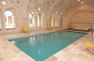 piscine-interieure-retraite-yoga-jeune-gers