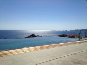 piscine à débordement durant un séjour luxe yoga en corse