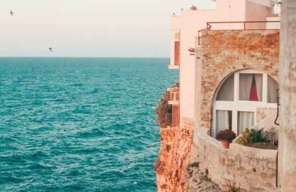 mer turquoise Polignano a Mare près du lieu de stage yoga et pilates
