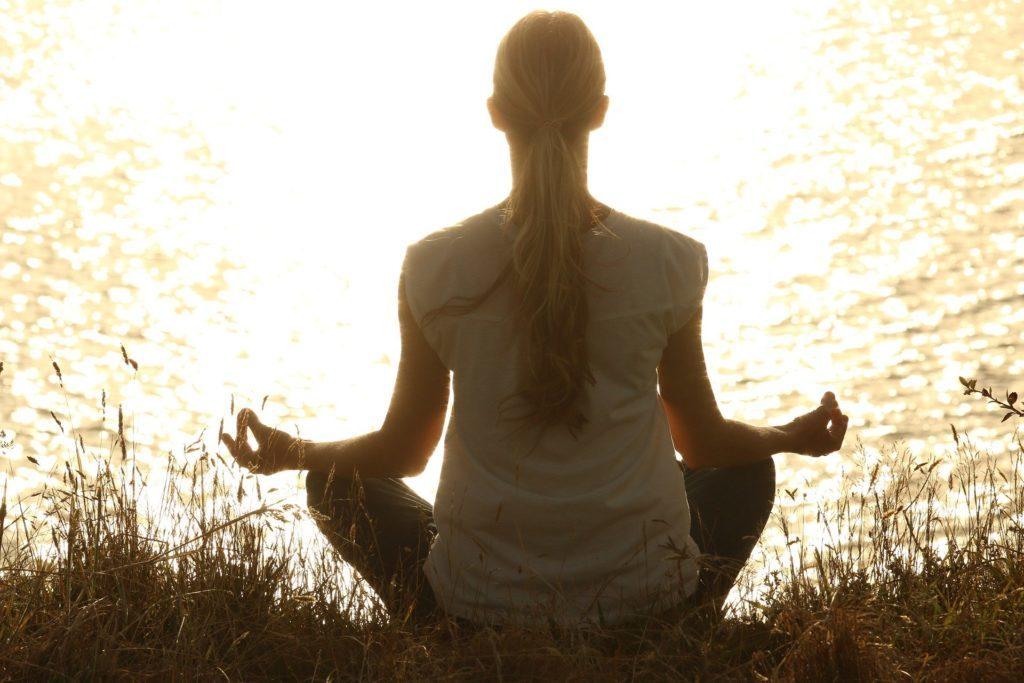 femme méditant pour booster sa sante yoga